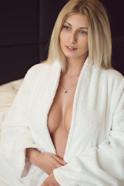 Jian Mo - Escort Girl from Temecula California